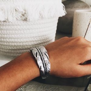 NWT. ↟ LUCKY BRAND FEATHER BRACELET